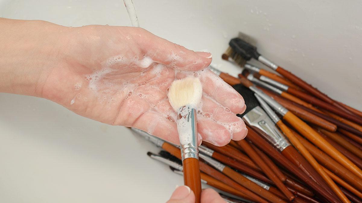 Brochas y herramientas de maquillaje: cómo usarlas y cómo cuidarlas