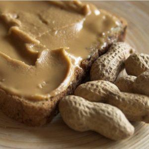 crema de cacahuate con pan