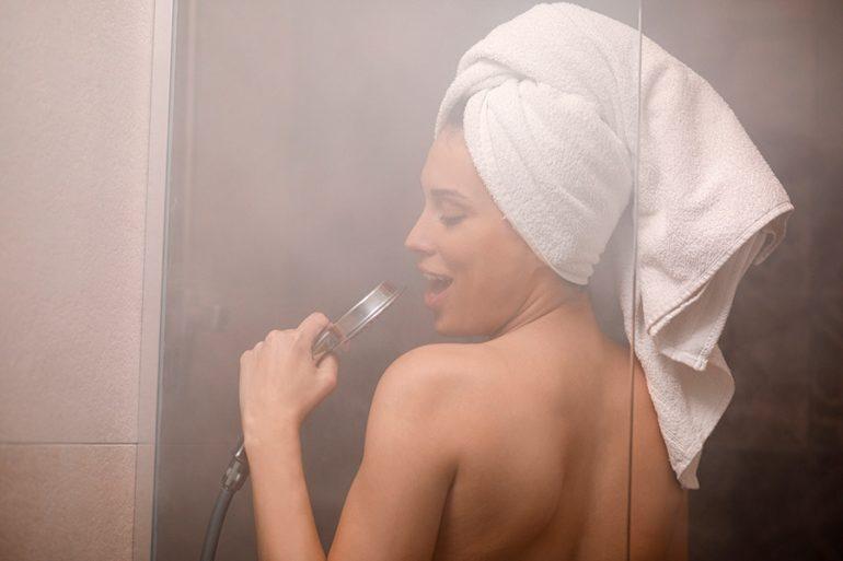 ¿Perder peso sin mucho esfuerzo? Un estudio sugiere que un baño de agua caliente podría ayudar a quemar más calorías que una caminata.