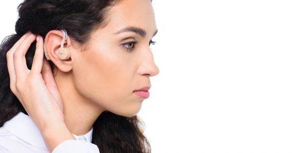 mujer-no-escucha-voces-hombres