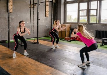 squats o sentadillas para fortalecer piernas