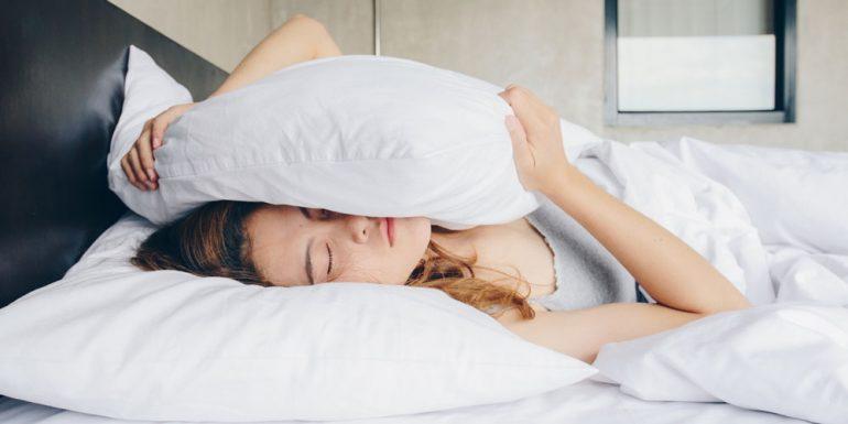 dormir-cuarentena-mujer-almohada