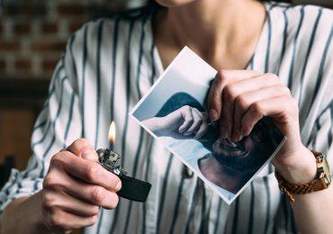 por-qué-todavía-me-atrae-mi-ex-mujer-quemando-foto