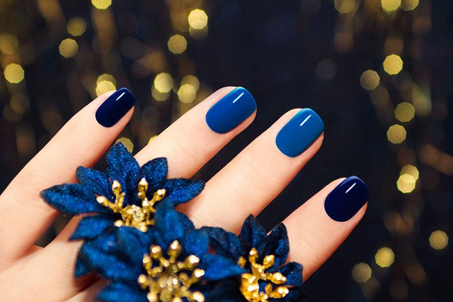 Los tonos azules para el manicure de otoño