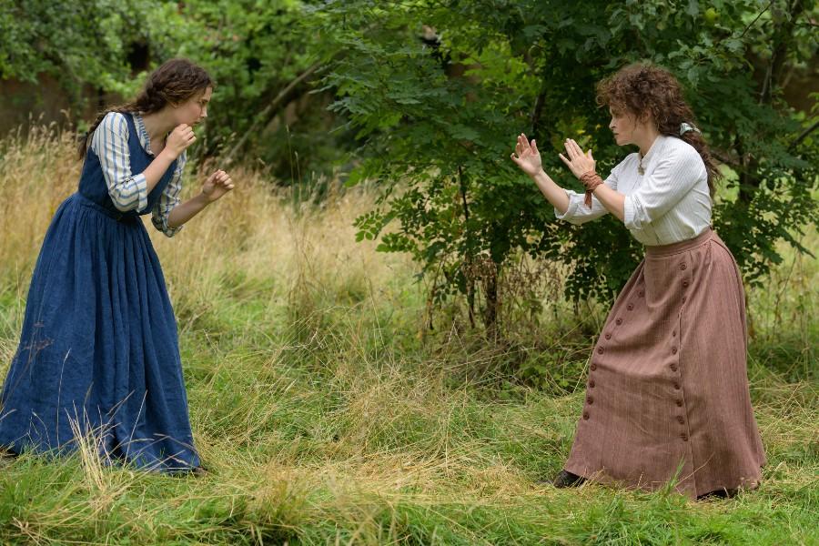 Millie Bobby Brown (Enola Holmes) y Helena Bonham Carter (Eudoria Holmes)