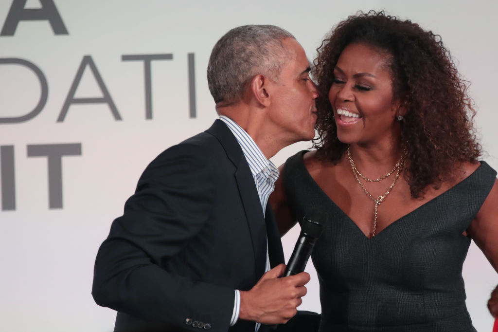 Barack besa a Michelle Obama