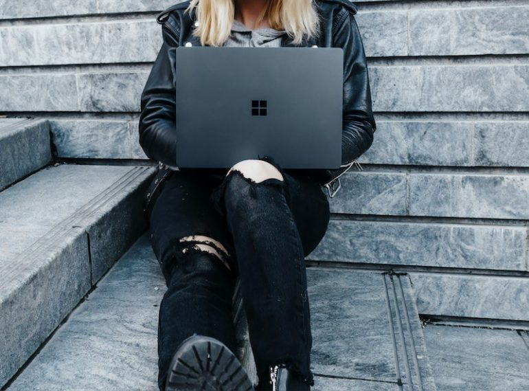 Mujer y laptop