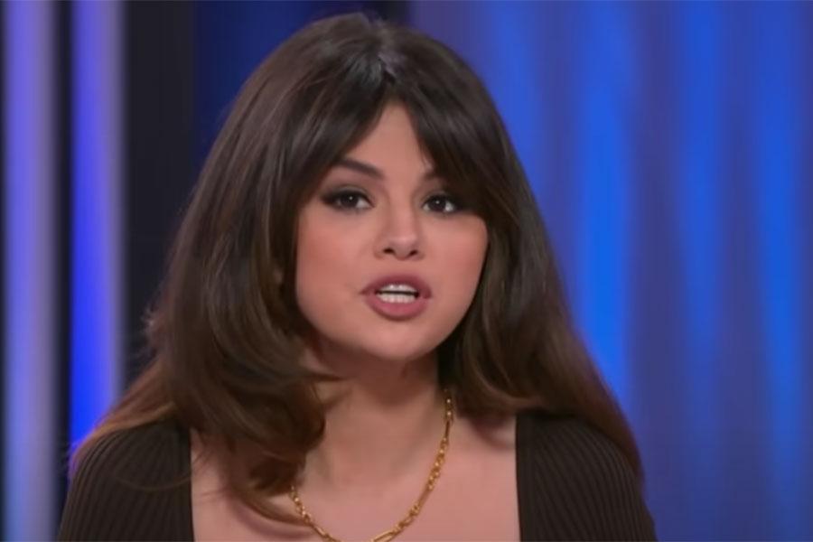 Selena Gomez con peinado Rachel