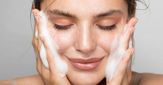 errores al desmaquillar y limpiar la piel que ya no debes hacer