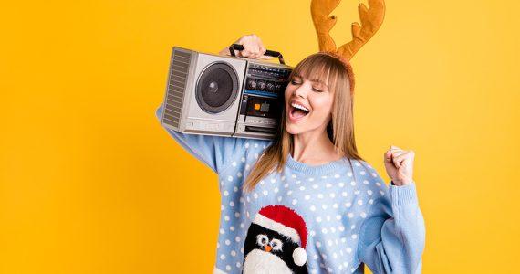 Playlist: 19 canciones navideñas modernas para sentirnos alegres (que no son 'Blanca Navidad')