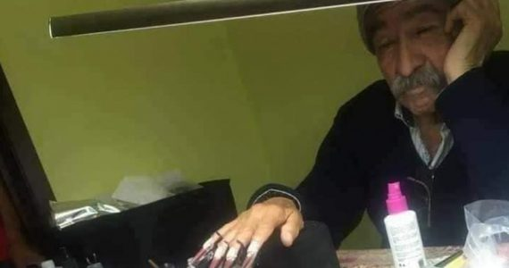 Este papá se convierte en modelo de uñas para el examen de su hija