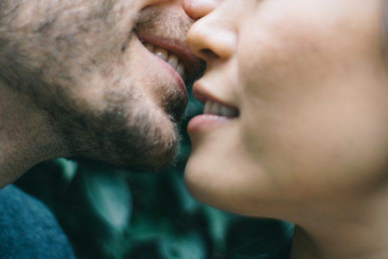 8 juegos de besos para una fiesta o experimentar con tu pareja