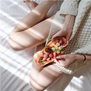 Mujer comiendo frutas