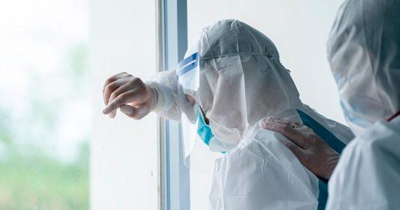 Médico renuncia porque la gente no entiende en esta pandemia; sus tres compañeros ya murieron