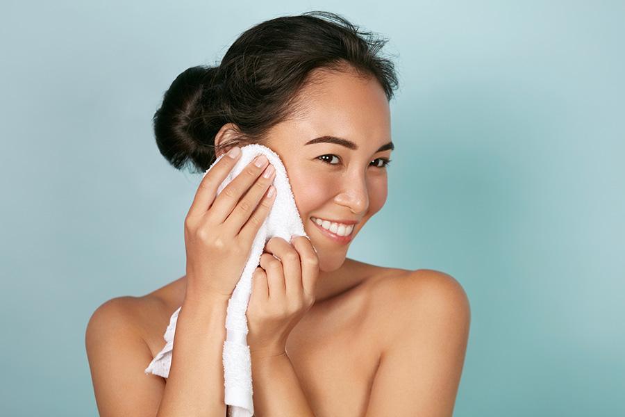 ¿Cómo secas tu cara? Esta es la forma correcta de hacerlo para estimular la piel