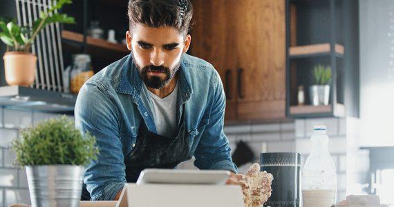 Los hombres que limpian y cocinan son más irresistibles y mejores en el sexo: la ciencia