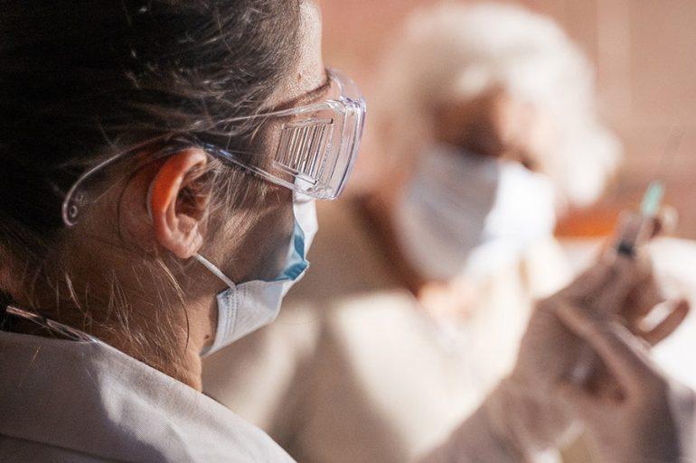 Dos jóvenes se disfrazaron de abuelitas para intentar vacunarse contra Covid-19