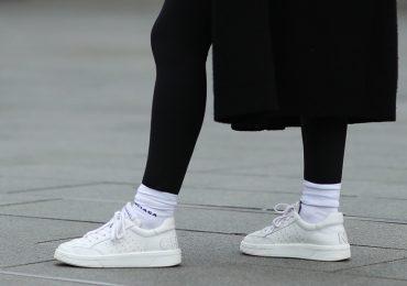 La moda 2021 de llevar los calcetines sobre los leggings, ¿te unes?