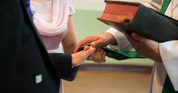 Iglesia cuestiona a sacerdote que casó a mujer trans y lo traslada a otra ciudad