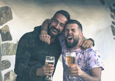 Los hombres se atraen entre ellos cuando están borrachos, según estudio