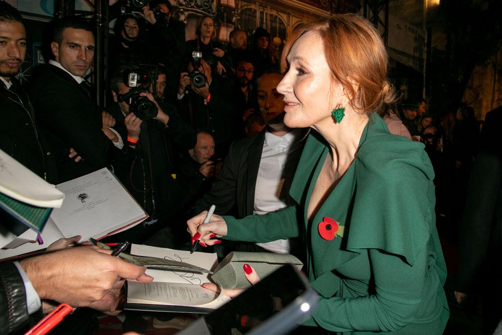 J.K. Rowling firmando libros vestido verde
