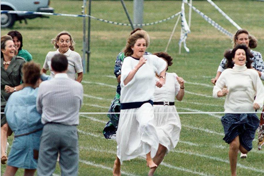 Lady Di era una mamá muy divertida y este video corriendo con otras mamás lo demuestra