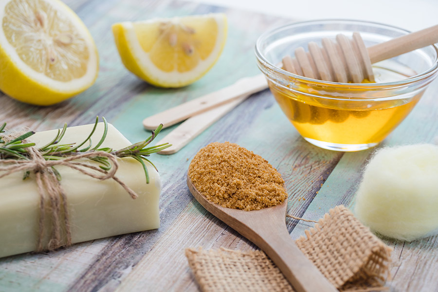 Cera de azúcar casera: cómo hacerla y usarla para depilar el vello