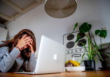 Mujer en computadora estresada