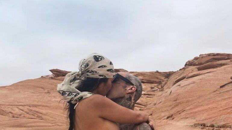 Enamoradísima Kourtney Kardashian comparte foto con Travis Barker en diminuto bikini