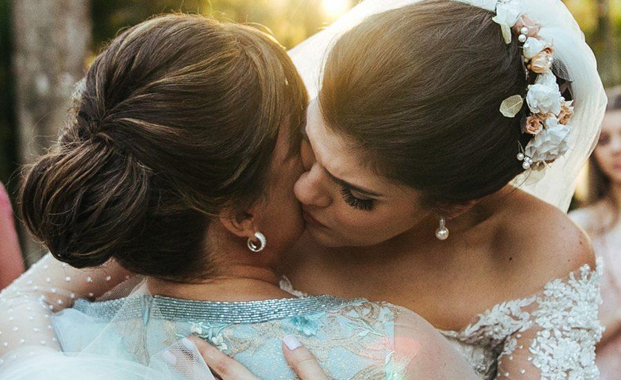 Mujer descubre en la boda de su hijo que su futura nuera era en realidad su hija perdida