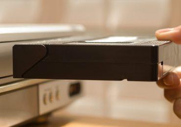 Mujer es acusada de un delito grave por no devolver película VHS que rentó hace 22 años