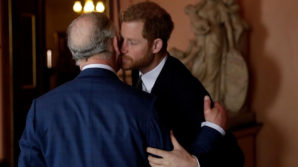 """El príncipe Carlos está """"desesperado"""" por reconciliarse con Harry"""