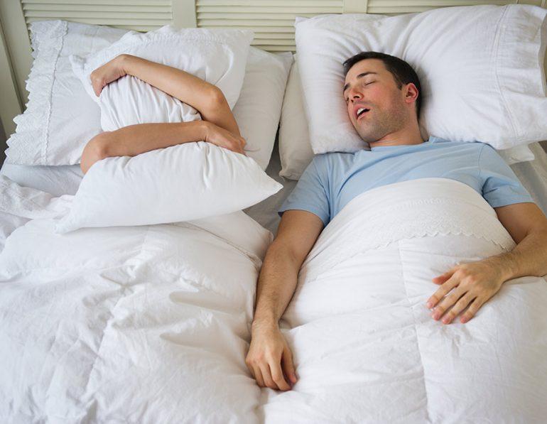 ¿Odias sus ronquidos? Aquí 6 problemas y soluciones para dormir con tu pareja