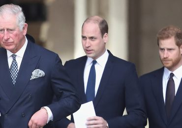 """El príncipe Carlos está """"desesperado"""" por reconciliarse con Harry; William está indeciso"""
