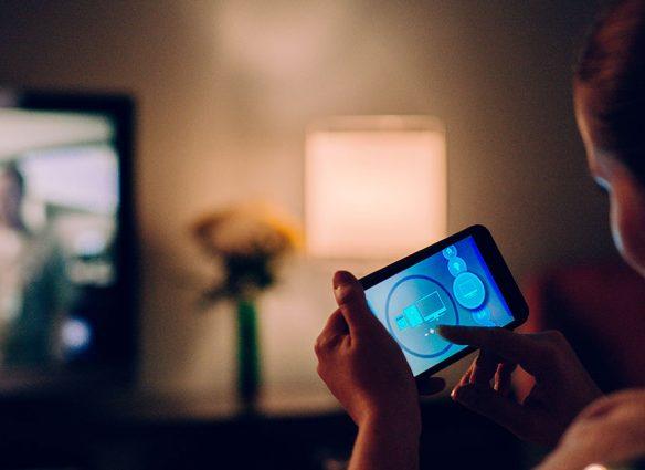 luz azul de las pantalla daña piel cómo evitarlo