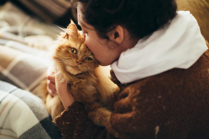 mujer besando a un gato