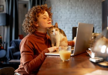 mujer con gato haciendo home office
