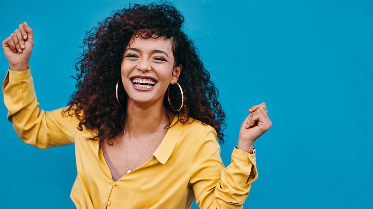 ¡Atención, chica curly! Cómo hidratar tus rizos para que luzcan elásticos y brillantes