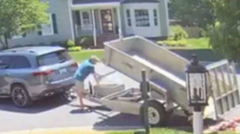 Hombre arroja 80 mil centavos a jardín de su ex como última manutención para su hija; ella lo dona