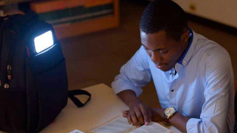 Crean mochila solar para niños que no tienen acceso a energía eléctrica