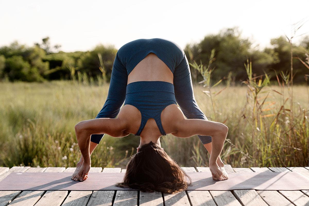 5 posturas de yoga contra la retención de líquidos y buena circulación de piernas