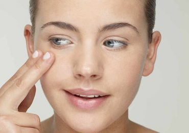 Yoga facial: 4 ejercicios para tu piel contra ojeras y papada