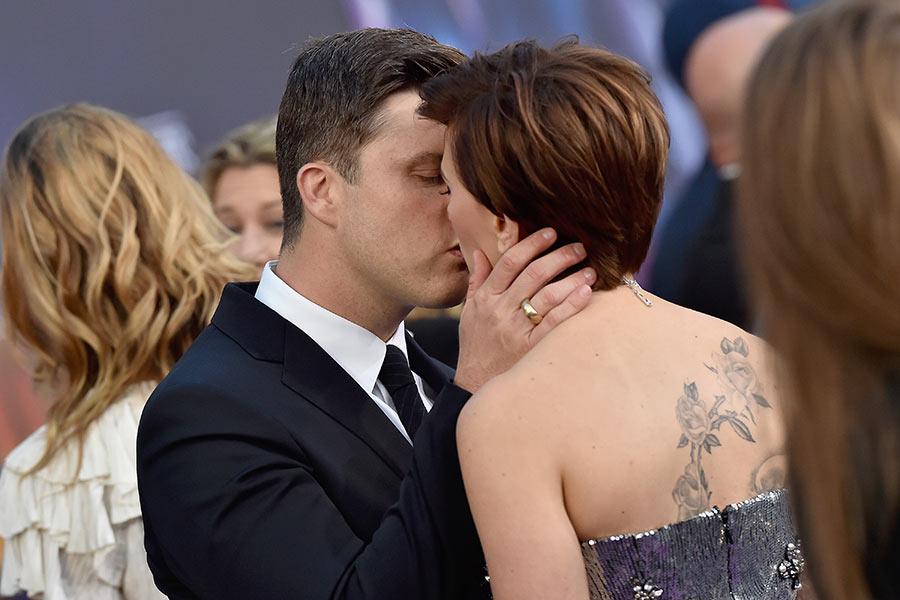 Colin jost Scarlett Johansson besandose pareja
