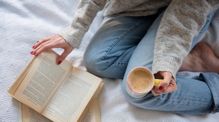 5 libros perfectos para leer un día lluvioso con una taza de café