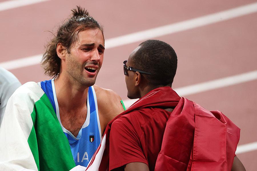 Momento histórico y muy conmovedor: dos atletlas decidieron compartir la medalla de oro