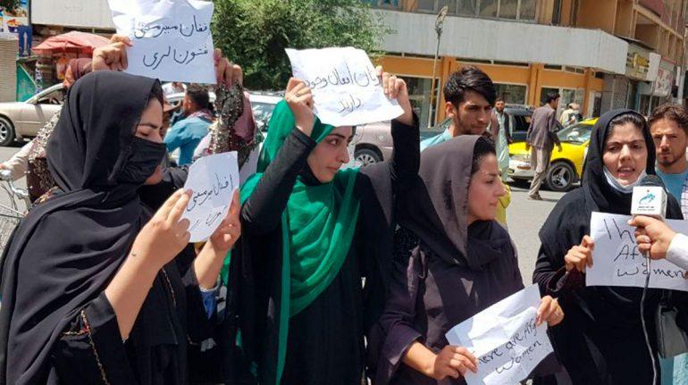 ¿Qué está pasando en Afganistán? El infierno de las prohibiciones a mujeres y niñas