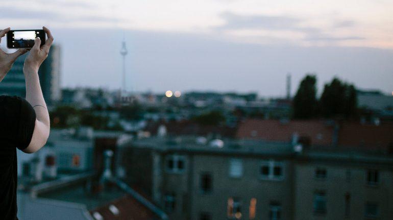 Tiktoker turca muere al caer de azotea de nueve pisos mientras grababa un video