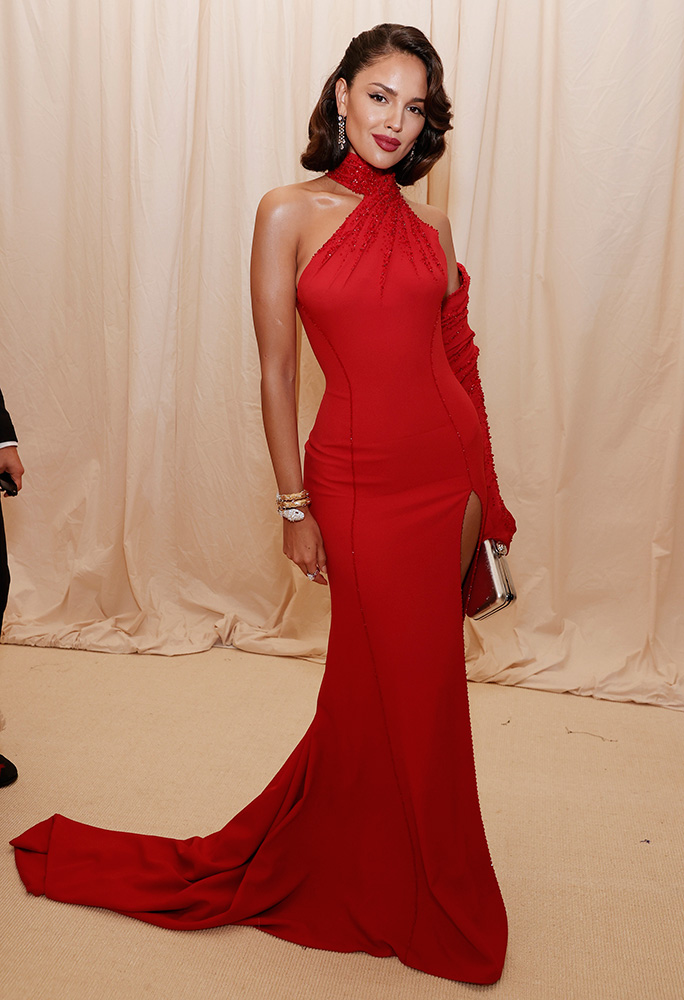 Eiza González, como una reina roja en la Gala Met 2021