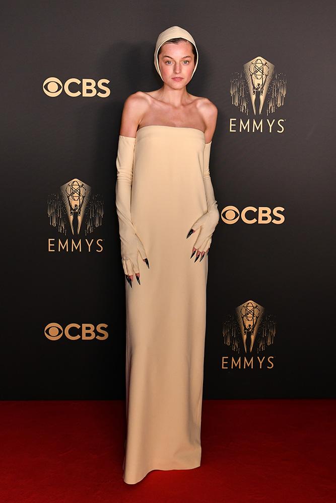 El look de Emma Corrin en el Emmy: Llamativo, comentado y protagonista de memes