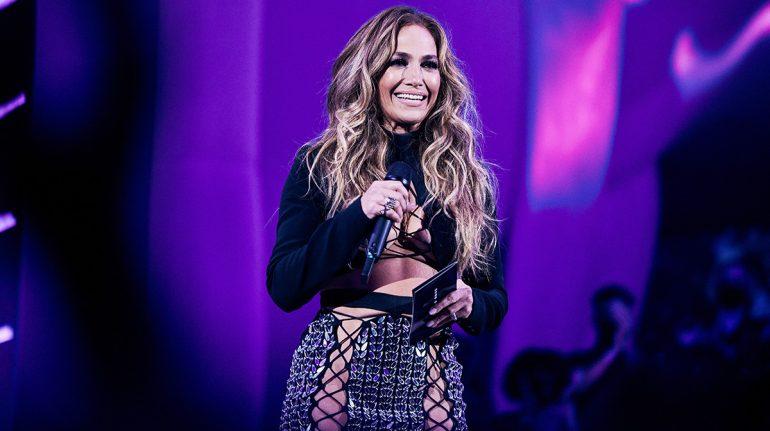 Así fue el sexy look de Jennifer Lopez en los premios MTV VMAS 2021